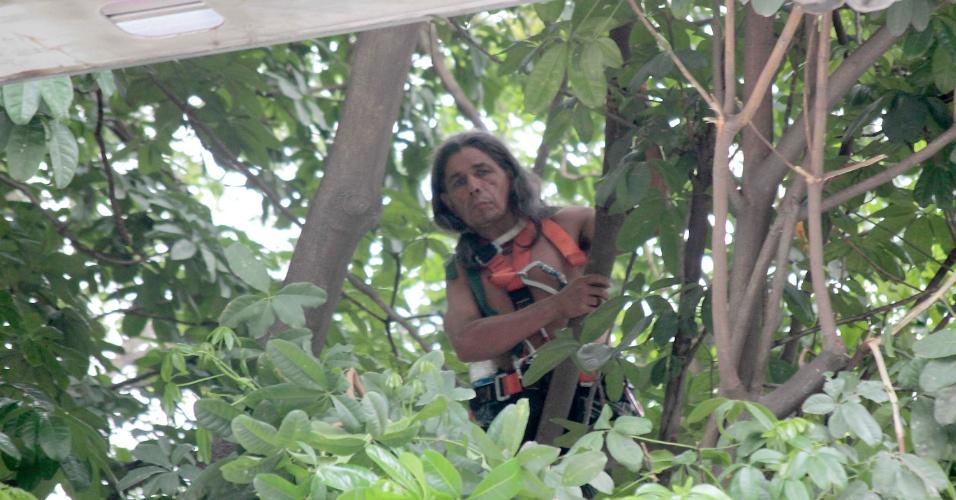 17.dez.2013 - O índio José Urutau, da tribo guajajara amanhece em cima de uma árvore próxima ao prédio do antigo Museu do Índio, que fica ao lado do Maracanã, zona norte do Rio de Janeiro. O índio realiza o protesto desde ás 9h30 desta segunda-feira (16), após reintegração de posse no terreno
