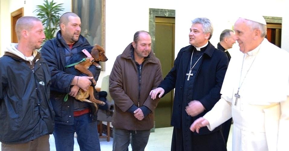 17.dez.2013 - O Papa Francisco comemorou nesta terça-feira seus 77 anos na companhia de quatro sem-tetos com quem compartilhou seu café da manhã, no Vaticano
