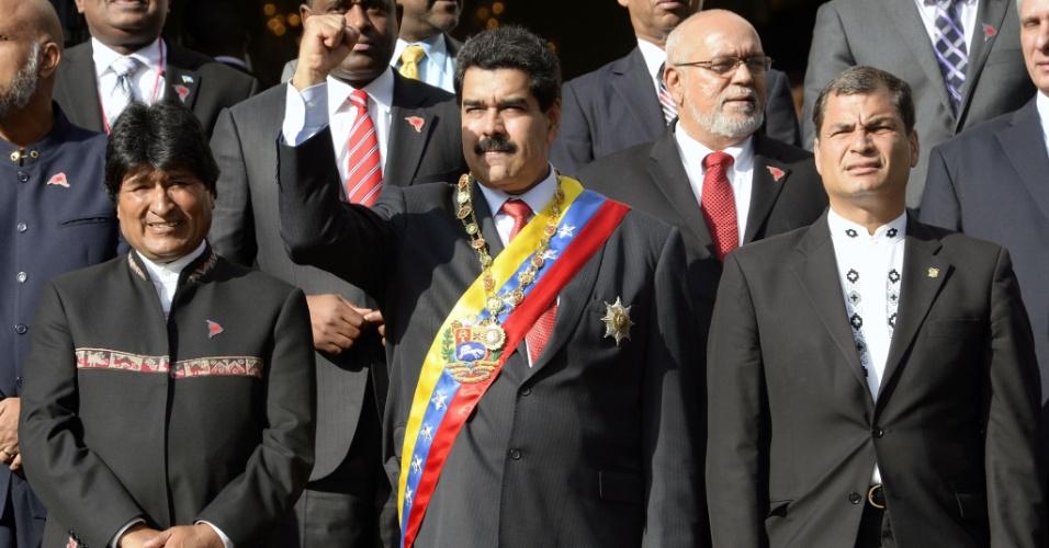 17.dez.2013 - O presidente da Venezuela, Nicolás Maduro (centro), faz gesto ao lado dos presidentes da Bolívia, Evo Morales, e do Equador, Rafael Correa, durante a segunda cúpula da Alba, no Panteão Nacional, em Caracas, na Venezuela, nesta terça-feira (17). Os líderes de Estado participaram de homenagens ao revolucionário latino-americano Simón Bolívar pelo 183° aniversário de sua morte