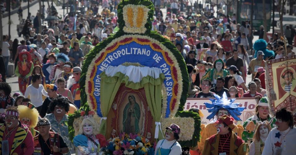 17.dez.2013 - Palhaços participam da 22ª Peregrinação dos Palhaços, que percorre as ruas da Cidade do México com destino à Basílica de Guadalupe, nesta terça-feira (17), no México