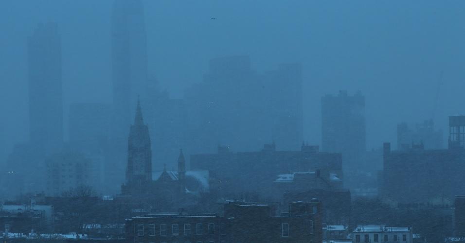 17.dez.2013 - Prédios no Brooklyn são cobertos por nevasca, nesta terça-feira (17), em Nova York. As autoridades afirmaram que entre duas e quatro polegadas de neve devem cair na cidade nos próximos dias