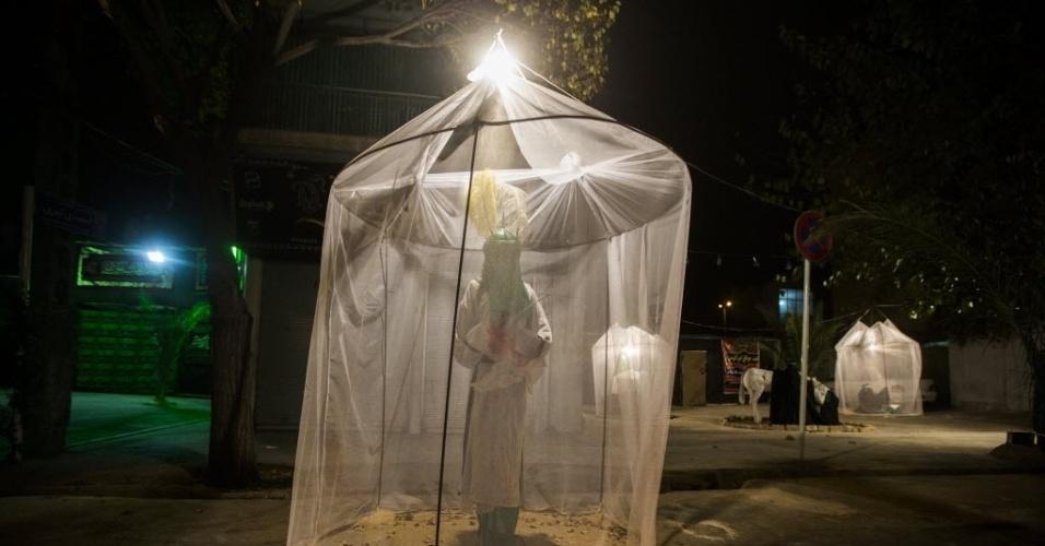 17.dez.2013 - Reportagem especial mostra o ritual de  autoflagelo que ocorre durante o Ashura, o feriado islâmico que comemora o martírio do imã Hussein, neto do profeta Maomé.
