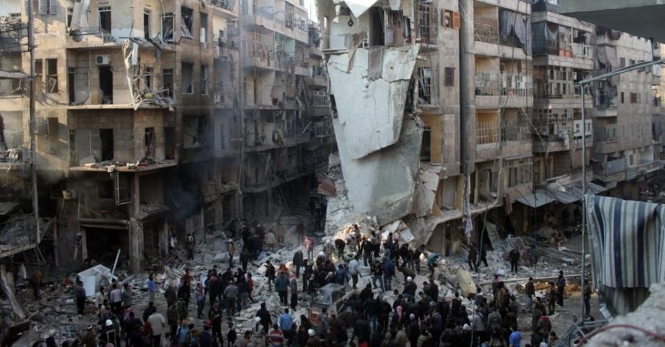 17.dez.2013 - Sírios procuram sobreviventes em meio a escombros, após um ataque aéreo no bairro de Shaar, em Aleppo. Pelo menos 13 pessoas morreram nesta terça-feira, entre elas duas crianças, durante um bombardeio de forças leais ao presidente Bashar Al-Assad, no norte da Síria