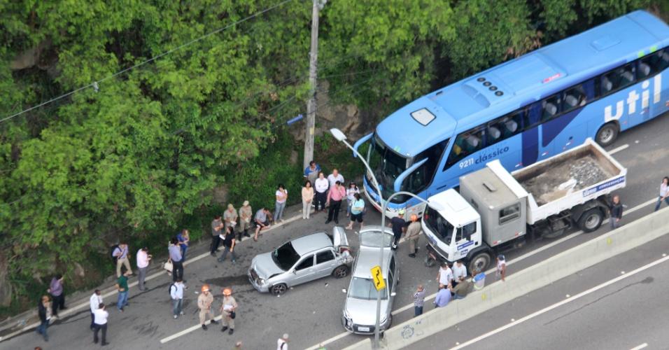 17.dez.2013 - Um acidente envolvendo um ônibus, um caminhão e dois carros de passeio fechou a pista sentido zona norte da estrada Grajaú-Jacarepaguá, na altura do km 1, próximo ao Complexo do Lins, no Rio de Janeiro, na manhã desta quinta-feira (17). Um enorme congestionamento se formou devido ao engavetamento