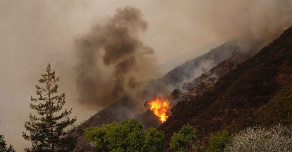 17.dez.2013 - Um incêndio atingiu as colinas de Big Sur, na California (EUA), nesta terça-feira (17). O local é cortado por uma das mais cênicas estradas do estado. Ao menos 15 casas foram destruídas
