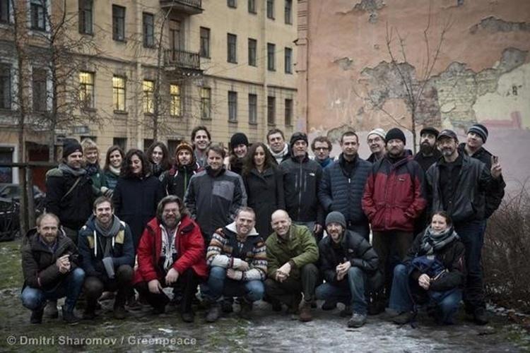 """18.dez.2013 -  Os 28 ativistas do Greenpeace Internacional e dois jornalistas que enfrentaram dois meses de prisão na Rússia após protesto pacífico receberam com alívio a aprovação do parlamento do país de uma anistia que encerra as investigações de vandalismo. Por outro lado, o momento não permite celebração: """"Não existe anistia para o Ártico"""", declarou o grupo"""