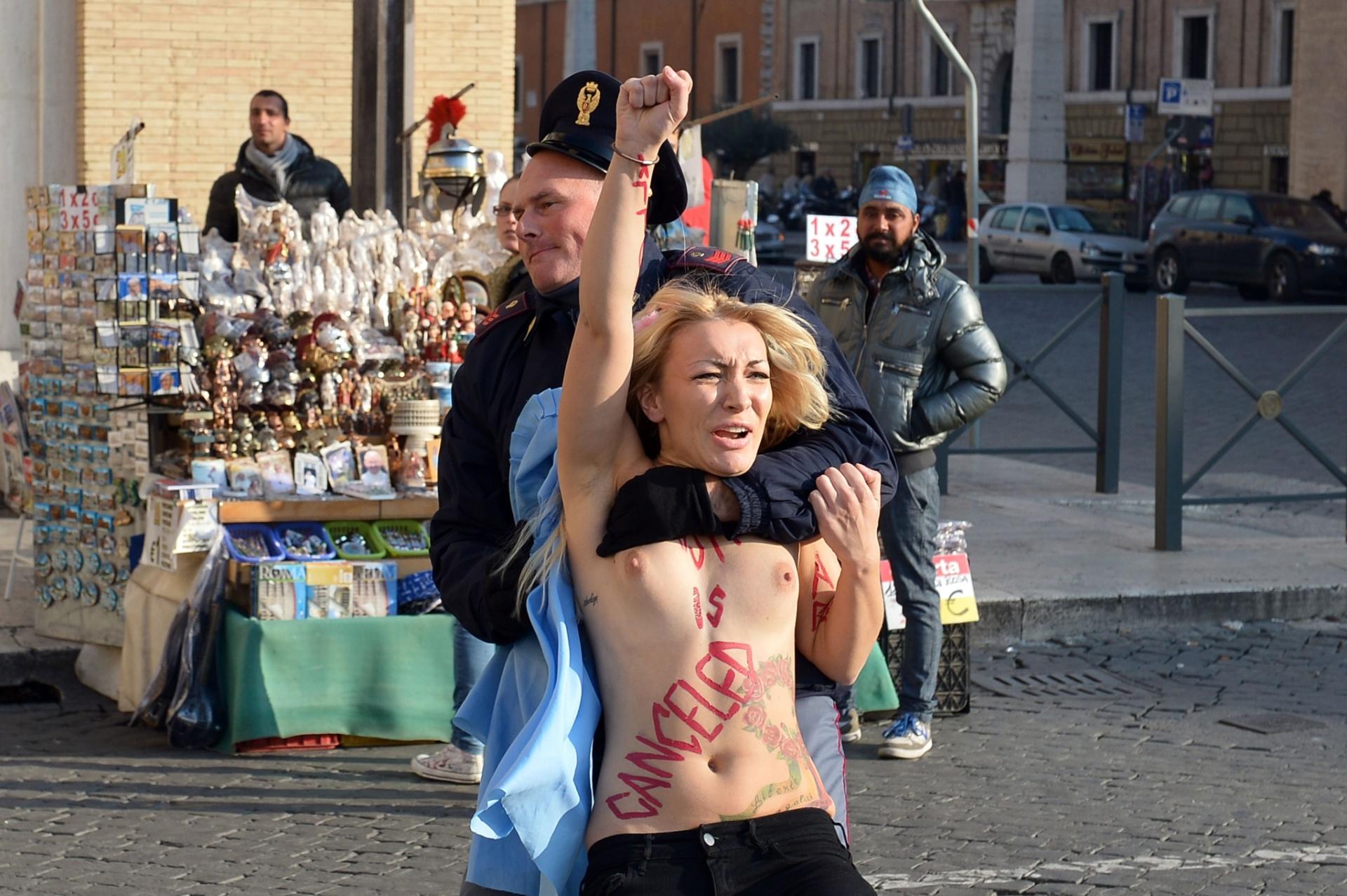 19.dez.2013 - A líder do grupo feminista Femen, Inna Shevchenko, participa de protesto a favor do aborto na praça de São Pedro, no Vaticano. Com os seis a mostra, a ativista escreveu no corpo
