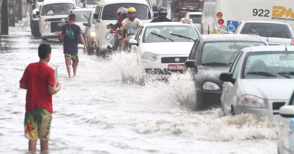 19.dez.2013 -Avenida José Rufino, região sul do Recife, amanhece alagada após a forte chuva que caiu na madrugada desta quinta-feira (19). Em apenas seis horas choveu 97% do esperado para o mês de dezembro em Pernambuco. Em Olinda, o canal dos Bultrins transbordou e a avenida Chico Science também ficou alagada