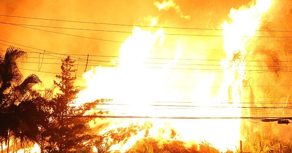 19.dez.2013 - Incêndio atingiu na madrugada uma vila de bares, restaurantes e lojas, na região do Butantã, zona oeste de São Paulo