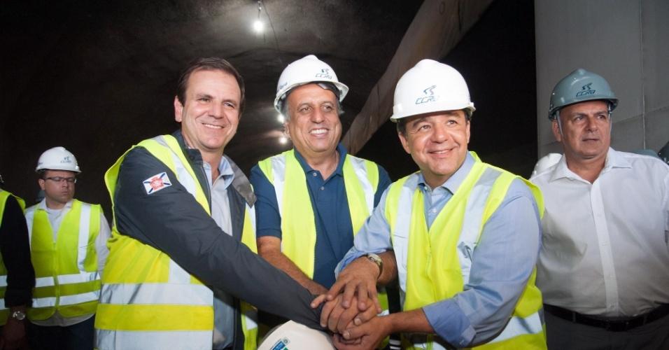 19.dez.2013 - O governador do Rio de Janeiro, Sérgio Cabral (PMDB) acompanhado do vice, Pezão (PMDB), e do prefeito do Rio, Eduardo Paes (PMDB), acompanharam a abertura do primeiro túnel da Linha 4 do Metrô que fará a ligação entre a Barra da Tijuca e São Conrado