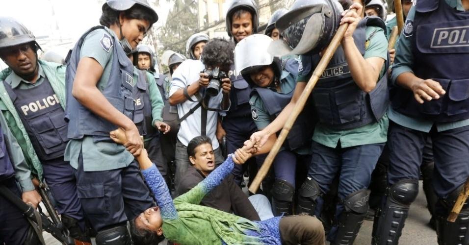 19.dez.2013 - Polícia detém ativista durante um protesto em Dacca, Bangladesh. Manifestantes exigem que o governo acabe com os laços diplomáticos com o Paquistão. Autoridades paquistanesas demonstraram preocupação com a execução de líder islamita na última quinta-feira (12)