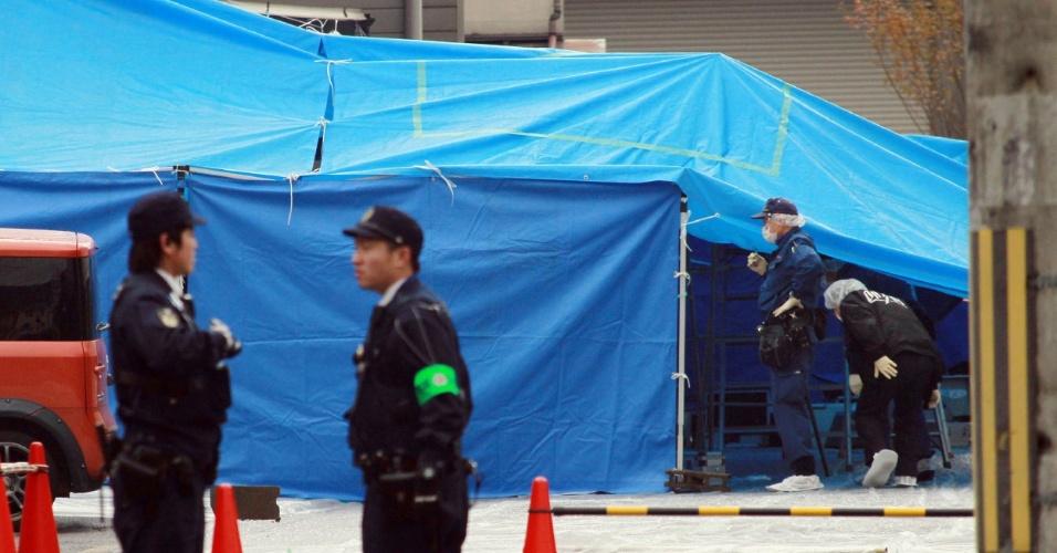 """19.dez.2013 - Policiais investigam o local do assassinato de Takayuki Ohigashi, 72, presidente da rede """"Gyoza no Ohsho"""" (Rei dos Bolinhos, em japonês) em um estacionamento em frente à sede da empresa, em Kyoto (Japão). A rede abrange mais de 650 restaurantes em todo o Japão, e a cidade de Kyoto, tem forte presença de mafiosos da Yakuza"""