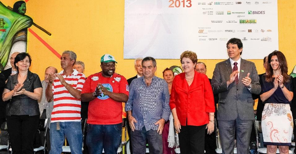19.dez.2013 - Presidente Dilma Rousseff (PT) participa de celebração de Natal dos catadores e população de rua em São Paulo. Dilma afirmou nesta quinta-feira (19), em sua conta no Twitter, que participar da celebração é uma maneira de mostrar o compromisso do governo com todos os brasileiros