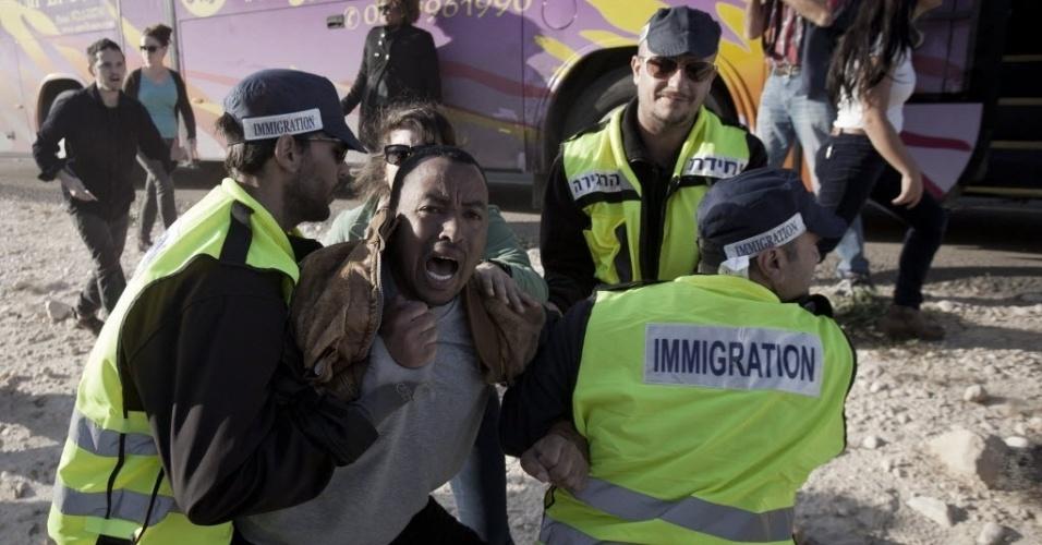 19.dez.2013 - Refugiados africanos  considerados ilegais por Israel são presos por autoridades de imigração do país, nos arredores de Beersheva, em Israel, nesta quinta-feira (19). Os imigrantes realizaram marcha para Jerusalém por um novo centro de detenção aberto no sul do país