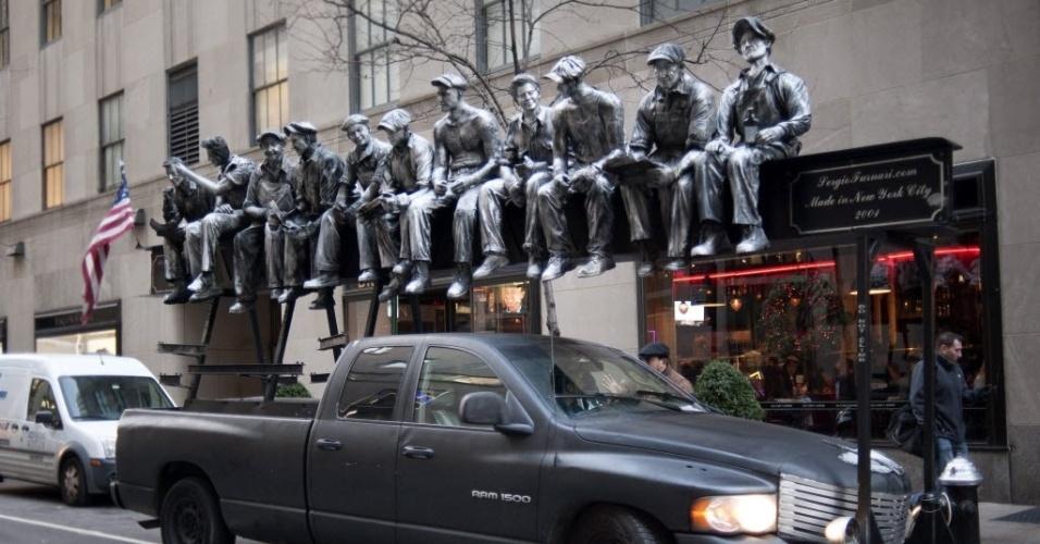 19.dez.2013 - Um veículo situado nas proximidades do Rockefeller Center transporta uma representação da famosa foto ?Almoço no alto de um arranha-céu em Nova York?, de Charles Ebbets, em Nova York, nessa quarta-feira (19). A foto foi divulgada nesta quinta (19)
