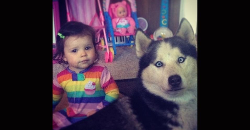 19.dez.2013 - Amigo cão que não se importa de brincar de boneca, mas aposto que ele preferia uma bola