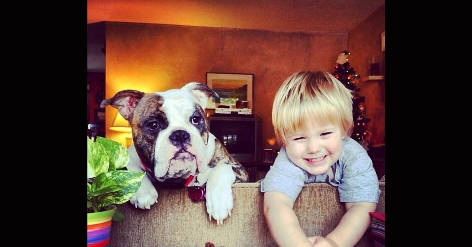19.dez.2013 - Mas, na hora de fazer arte, o amigo cão está sempre presente