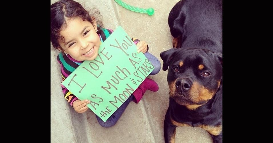19.dez.2013 - O amor entre cão e criança está estampado no sorriso e até em cartazes