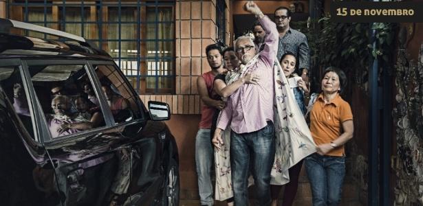 Em 15 de novembro de 2013, com o braço esquerdo levantado em gesto de resistência e vestindo como capa uma cortina de sua casa, o ex-presidente do PT José Genoino deixa sua casa, no bairro do Butantã, na zona oeste de São Paulo, acompanhado da mulher e do advogado, em direção à Superintendência da PF em São Paulo, na Lapa, após receber ordem de prisão do STF