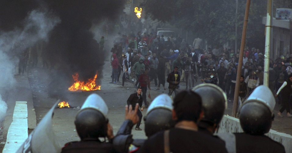 20.dez.2013 - Apoiadores da Irmandade Muçulmana e do presidente egípcio deposto, Mohammed Mursi, incendiaram pneus e entraram em confronto com policiais, no Cairo, nesta sexta-feira (20), durante protesto