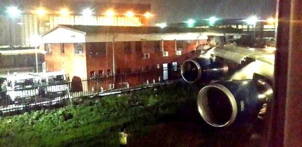 Edifício fica parcialmente destruído em Johannesburgo após o choque com a asa de um avião