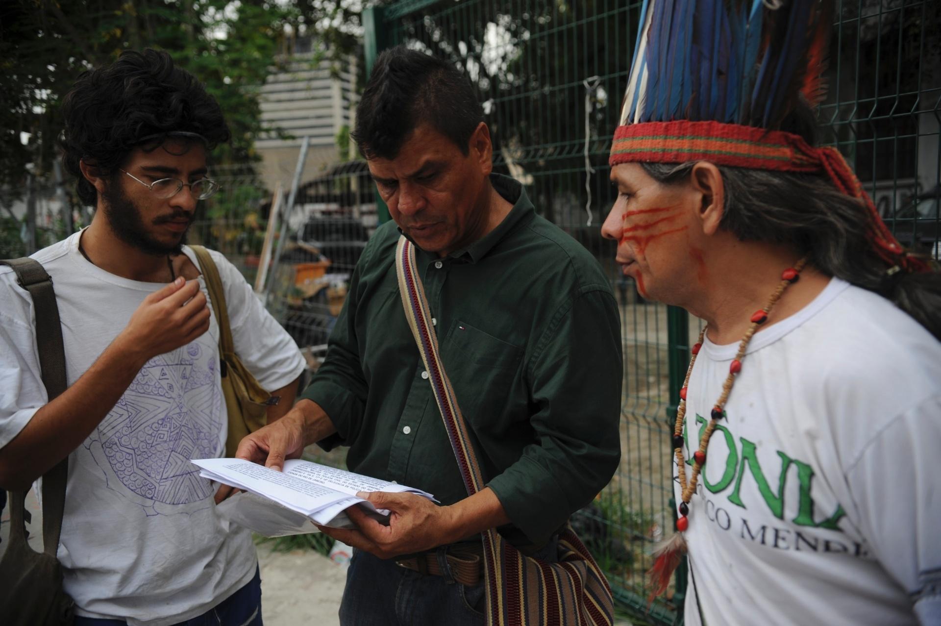 23.dez.2013 - Comunidade indígena tenta retomar a posse do antigo Museu do Índio, no Rio de Janeiro, de onde foram expulsos pela Polícia Militar (PM) no último dia 16