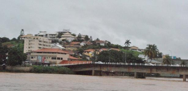 http://imguol.com/c/noticias/2013/12/23/23dez2013---o-nivel-do-rio-muriae-em-itaperuna-noroeste-do-estado-do-rio-de-janeiro-esta-subindo-devido-as-chuvas-e-pode-transbordar-ainda-nesta-segunda-feira-23-segundo-alerta-da-devesa-civil-da-1387814881519_615x300.jpg
