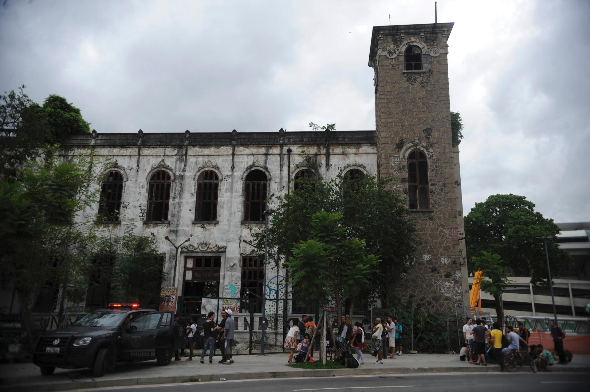 23.dez.2013 - Reunidos em frente antigo Museu do Índio, no Rio de Janeiro, índios tentam retomar a posse do local de onde foram expulsos pela Polícia Militar (PM) no último dia 16