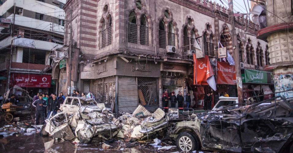 24.dez.2013 - Carro-bomba explode e mata ao menos 13 pessoas --12 delas policiais-- e deixa mais de cem feridasna cidade de Mansura, no norte do Egito