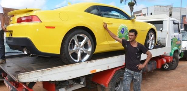 O carroceiro Gilvan Silva, 39, morador de Vitória da Conquista (a 516 km de Salvador), ganhou um Camaro amarelo como prêmio de um título de capitalização. O carro foi entregue na tarde de segunda-feira (23)