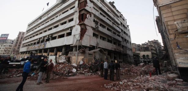 Prédio da polícia fica destruído após atentado com carro-bomba na cidade de Mansura
