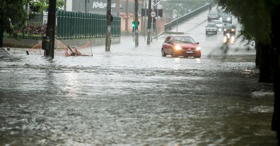 25.dez.2013 - Alagamento na avenida Pompeia, zona oeste de São Paulo. A chuva que atingiu a capital entre o final da tarde e o início da noite desta quarta-feira provocou vários pontos de alagamento