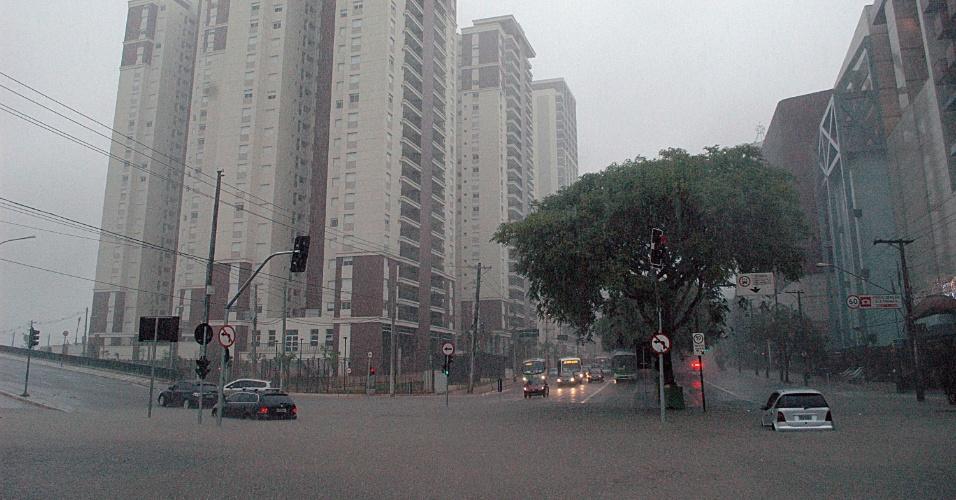 25.dez.2013 - Alagamento no cruzamento das avenidas Francisco Matarazzo e Pompéia, na zona oeste de São Paulo