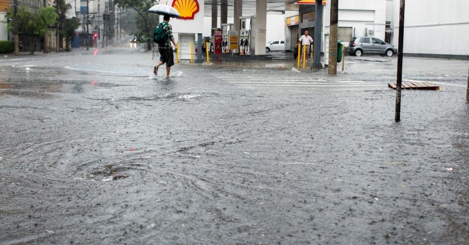 25.dez.2013 - Ponto de alagamento na alameda Nothmann, região da Barra Funda, zona oeste de São Paulo. A chuva que atingiu a capital entre o final da tarde e o início da noite desta quarta-feira provocou vários pontos de alagamento