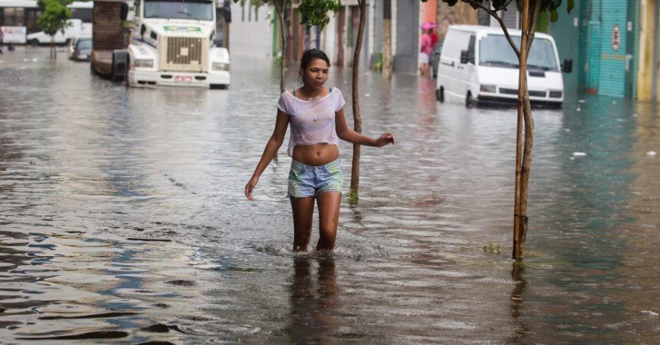 25.dez.2013 - Rua João Jacinto, na região do Brás, centro de São Paulo, alagada após a chuva desta quarta-feira