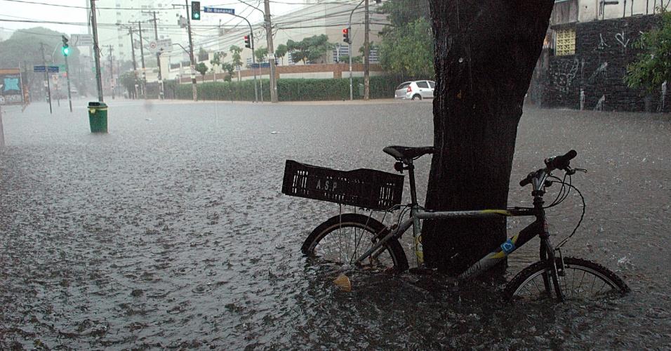 25.dez.2013 - Vias da Pompéia, na zona oeste de São Paulo, ficam alagadas por conta da chuva que atinge a capital paulista desde a tarde de hoje