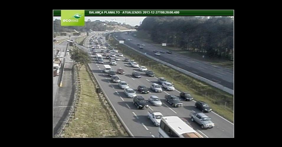 27.dez.2013 - Motoristas encaram trânsito lento na rodovia dos Imigrantes, altura do km 28, no sentido litoral paulista