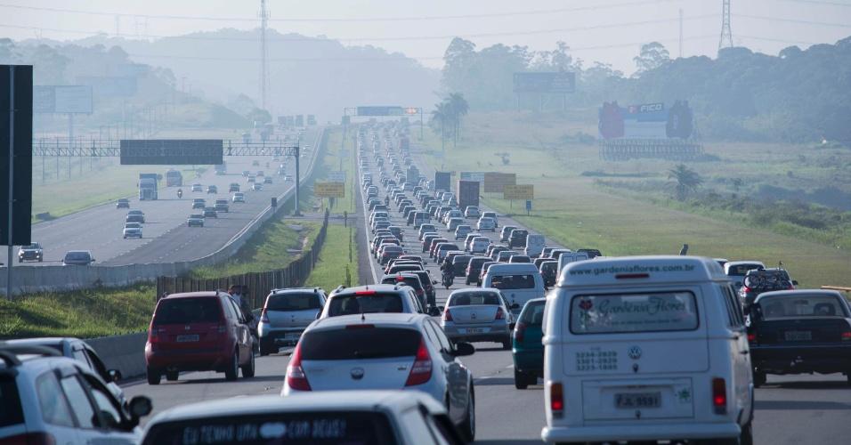 27.dez.2013 - Motoristas encaram trânsito lento na rodovia dos Imigrantes, em São Paulo, no sentido litoral paulista, na manhã desta sexta-feira (27). Segundo as concessionárias e o governo do Estado, mais de 3 milhões de veículos -a frota da capital é de pouco mais de 7,5 milhões- devem passar pelas estradas paulistas entre hoje e os primeiros dias de 2014. A recomendação é que o motorista evite viajar entre as 7h e as 22h de hoje e entre as 16h e a meia-noite de terça (31)