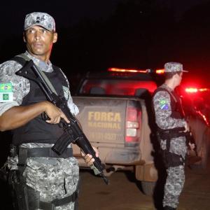 Policiais de força-tarefa da Polícia Federal e da Força Nacional, apoiada pelo Exército, na madrugada do dia 29 de dezembro na área de reserva dos índios tenharim, em Humaitá, sul do Amazonas