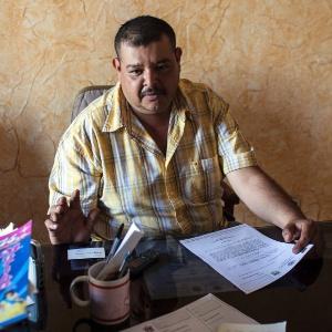 O oficial C. Ramon Contreras Orozco emitiu centenas de cartas para moradores que buscam asilo político aos Estados Unidos devido à violência do tráfico de drogas, em seu escritório em La Ruana, no México