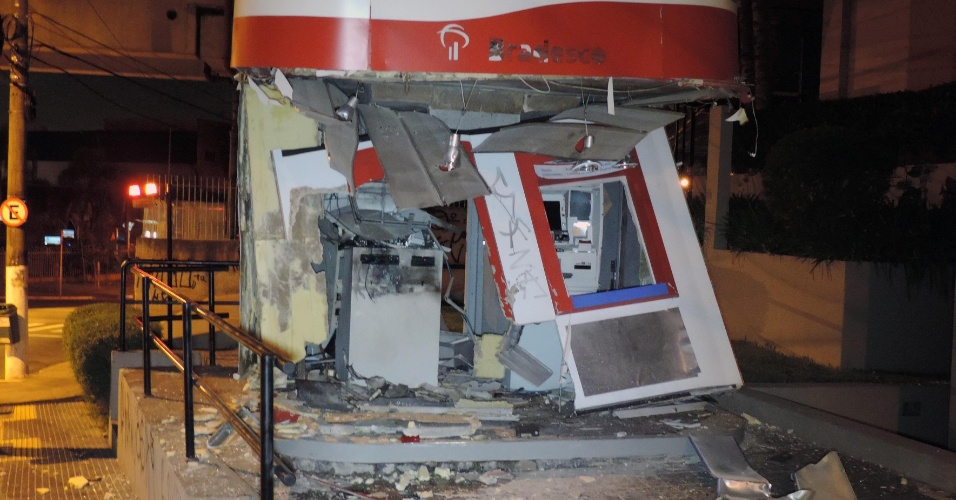 1º.jan.2014 - Dois caixas eletrônicos foram explodidos na avenida Carlos Caldeira Filho, no Capão Redondo, zona sul da capital paulista, na madrugada desta quarta-feira (1º). Não há informações sobre a quantia roubada