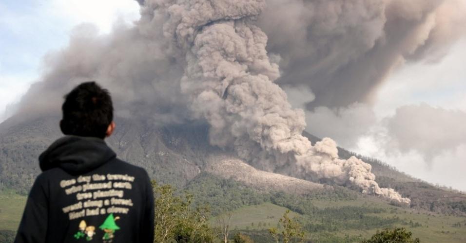 1º.jan.2014 - Homem observa o vulcão Sinabung expelir cinzas em Sumatra, na Indonésia.  O vulcão tem erupções esporadicamente desde setembro de 2013