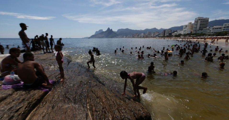 2.jan.2013 - A água da praia do Arpoador, na zona sul do Rio de Janeiro, apresenta coloração escura e forte odor nessa quinta-feira (2)