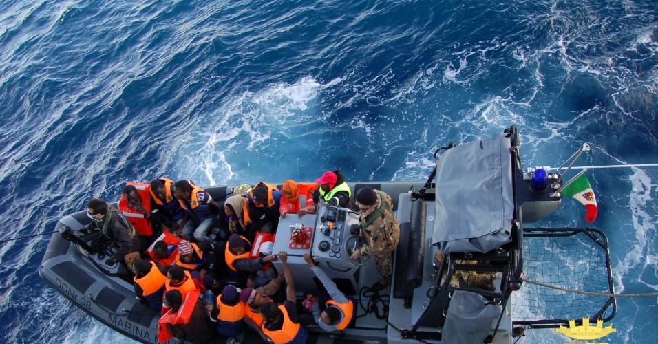 2.jan.2014 - Imagem divulgada pela Marinha italiana mostra o resgate de imigrantes perto da ilha de Lampedusa. A Marinha resgatou 233 imigrantes, a maioria africanos, de um barco próximo a ilha