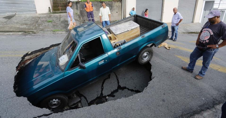 2.jan.2014 - Um carro caiu dentro de uma cratera que se abriu na rua Pernambuco, em Itapecerica da Serra, na Grande São Paulo, na manhã desta quinta-feira (2). Ninguém ficou ferido e não há informações de como o buraco surgiu