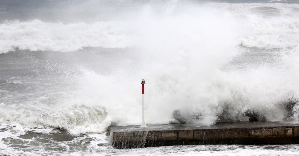 2.jan.2014 -Onda varre cais em La Possession, na ilha de La Reunion, território que pertence à França e está localizado a leste de Madagáscar. A costa do Oceano Índico foi colocada em alerta vermelho nesta quinta-feira (2), devido à proximidade do ciclone tropical Bejisa, que deve prococar rajadas de vento de até 200 km por hora