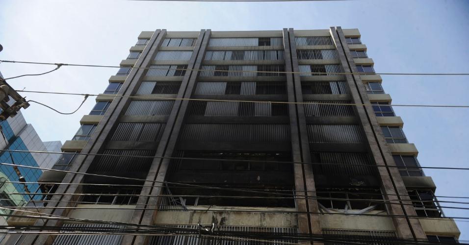 2.jan.2014 - Após o incêndio que atingiu a sede da Prefeitura de Niterói (RJ) na manhã de quarta-feira (1º), o prédio só será reaberto na próxima segunda-feira (6). Ninguém ficou ferido na ocorrência. Os órgãos afetados passarão a funcionar a partir de segunda na sede administrativa do Caminho Niemeyer até o fim da reforma do local atingido pelas chamas