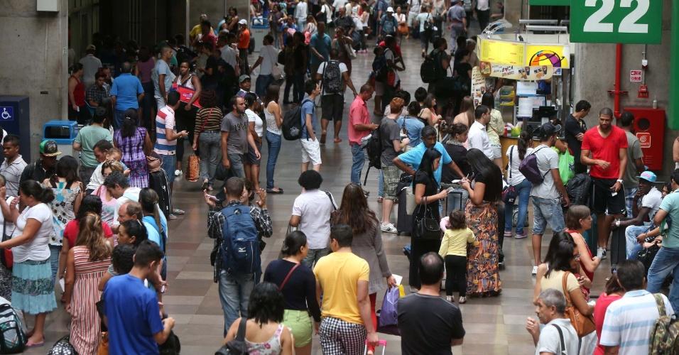 2.jan.2014 - Movimentação de passageiros é intensa na rodoviária Tietê em São Paulo, nesta quinta-feira (2)