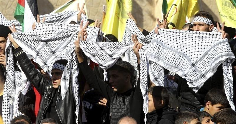2.jan.2014 - Palestinos celebram os 49 anos do partido nacionalista palestino Fatah, na cidade de Nablus, Cisjordânia. Um palestino de 58 anos morreu na madrugada desta quinta-feira (2), por inalação excessiva de gás lacrimogêneo utilizado por soldados israelenses para dispersar uma manifestação em comemoração ao aniversário do movimento