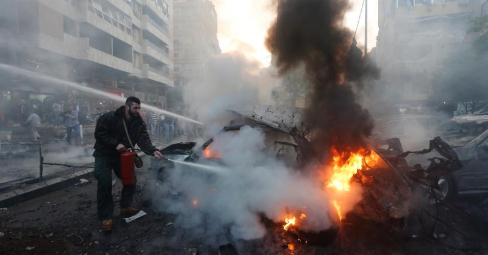 2.jan.2014 - Serviço de emergência libanês trabalha para apagar incêndio após a explosão de um carro-bomba no subúrbio de Beirute. Cinco pessoas morreram e pelo menos 20 ficaram feridas
